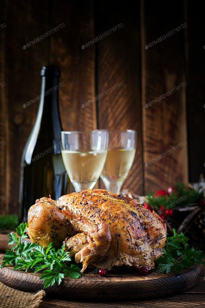 Gebackener Truthahn oder Hüh Der Weihnachtstisch wird mit einem Truthahn serviert