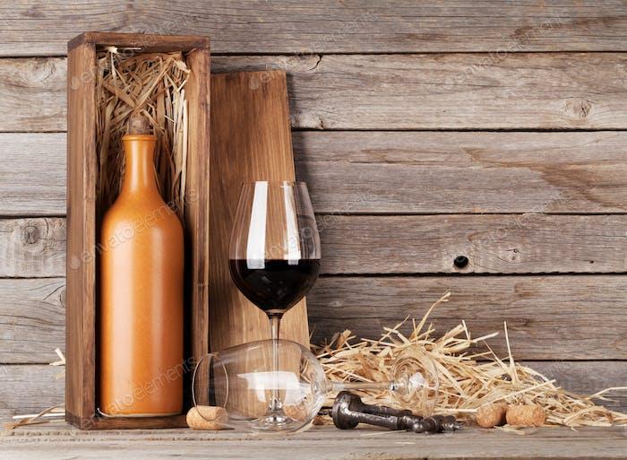 Rotweinflasche und Weingläser