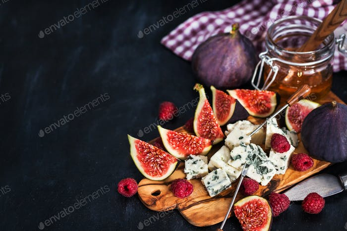 Blue cheese, fresh figs, raspberries and honey