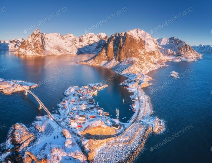 Luftaufnahme von kleinen Inseln, Brücke über das Meer und die Berge