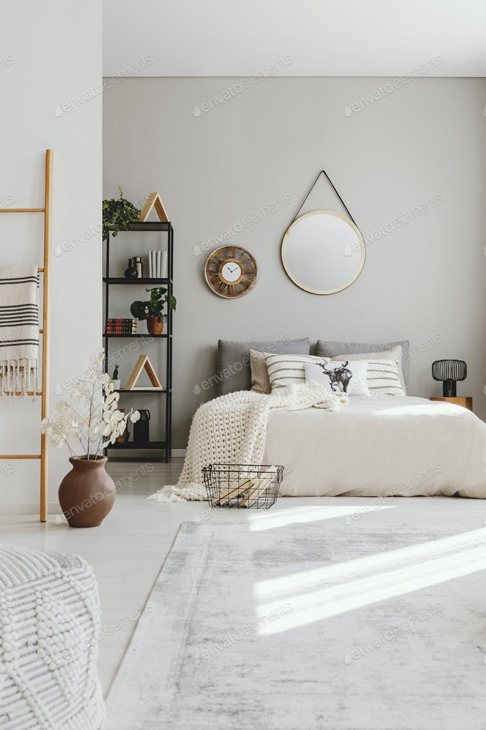 Vertikale Ansicht des eleganten Ethno-Schlafzimmers mit King-Size-Bett, Styli