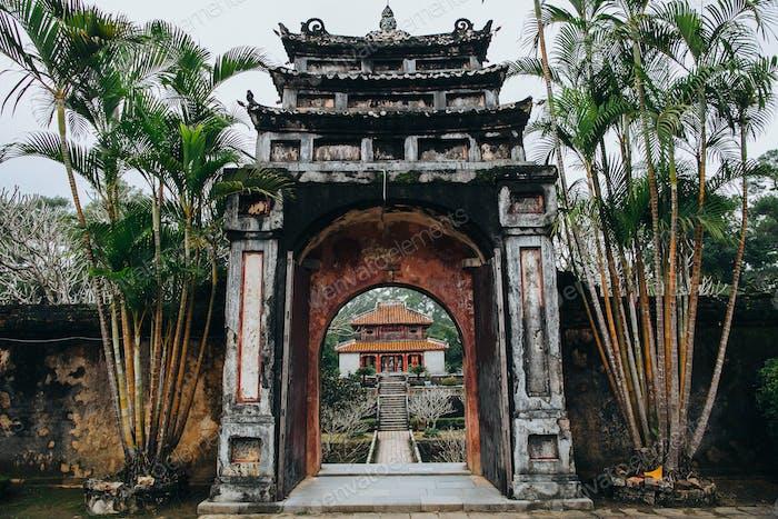 Eintritt in den schönen orientalischen Park mit traditioneller antiker Architektur in Hue, Vietnam