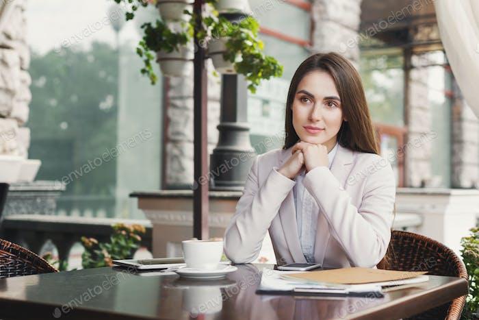 Mujer de negocios joven al aire libre bebiendo café
