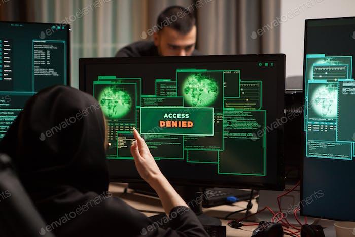 Rückansicht von wütenden weiblichen Hacker nach Zugriff verweigert
