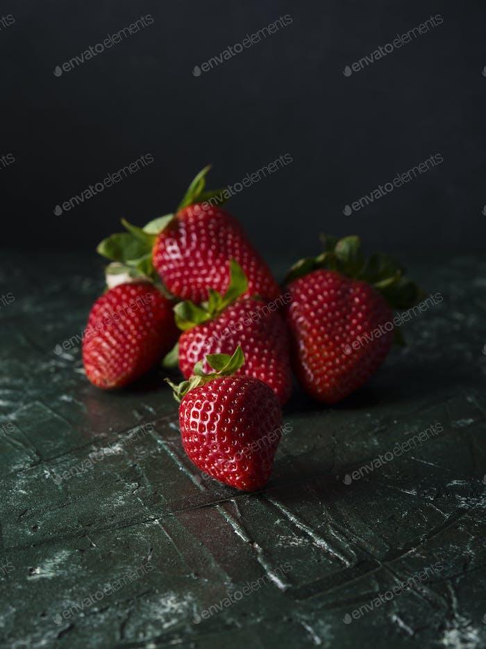 Erdbeeren auf dunkelgrün