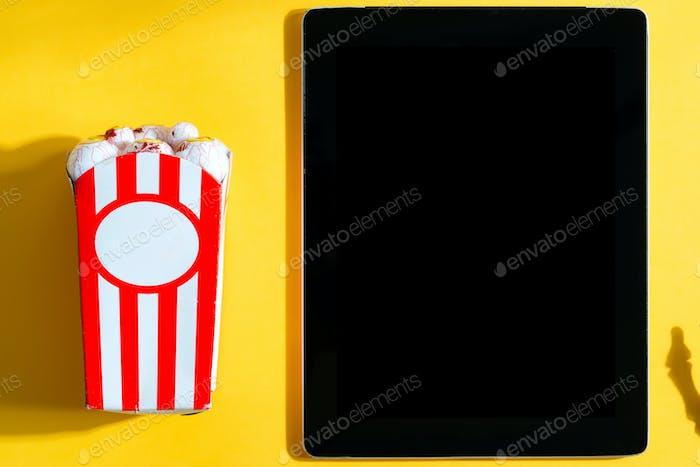 Proyección de películas de vacaciones en casa con maíz y tableta de Halloween