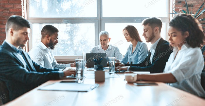 Geschäftsleute arbeiten zusammen sitzen an einem Tisch im Büro