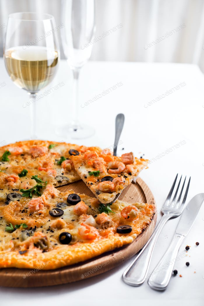 Pizza with shrimps and wine