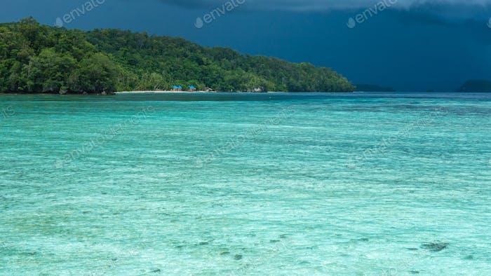 Hermosa Lagoone Azul poco antes de la tormenta, Isla Gam, West Papuan, Raja Ampat, Indonesia