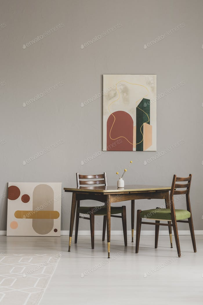 Abstrakte Gemälde auf graue Wand von Retro-Esszimmer Interieur