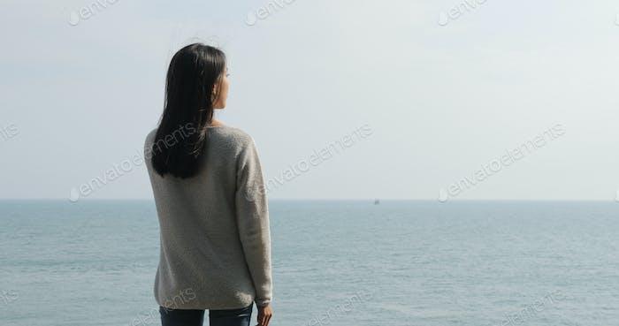 Frau genießen Sie den Meerblick