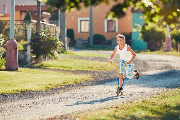 Junge mit Push-Scooter