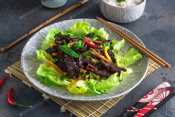 Gebratene Putenleber asiatischen Stil mit Gemüse und vielen Grüns. Serviert mit einer Schüssel Reis und Tee