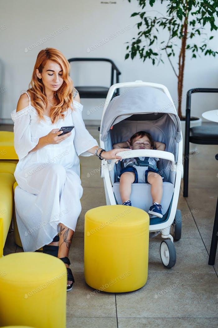 Mama und Kinderwagen mit Ihr Baby