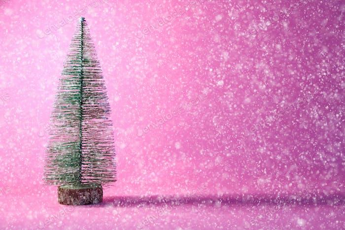 Árbol Navidad sobre Fondo rosa con Nieve