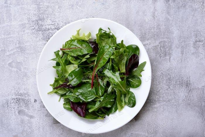 Salatplatte mit gemischten Grüns