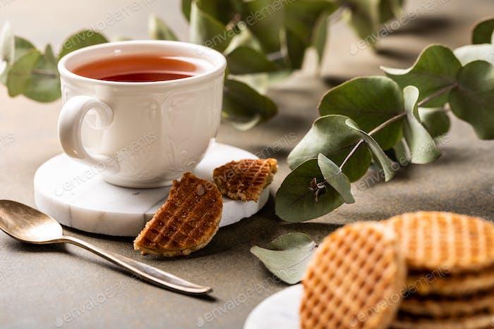 Tasse Tee mit Sirupwaffeln Kekse
