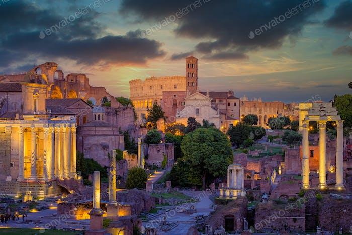 Forum Romanum und Kolosseum in Rom mit dramatisch bunten Himmel