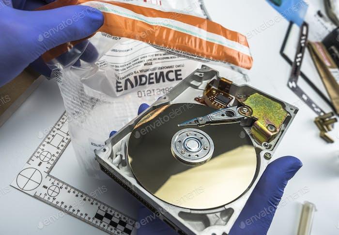 Polizeiexperte untersucht Festplatte auf der Suche nach Beweisen, Konzeptbild