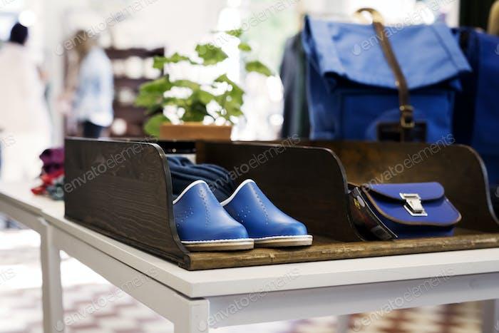 Schuhe und Taschen im Geschäft ausgestellt