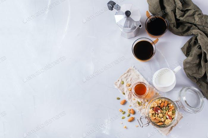 Frühstück mit schwarzem Kaffee Müsli Müsli Honig Nüsse Milch