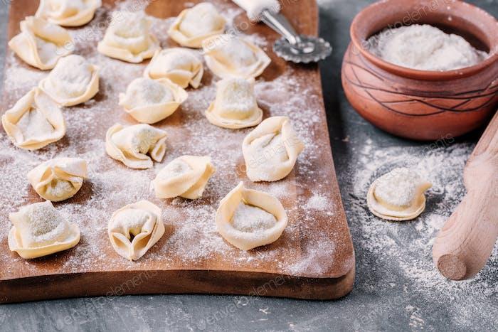 Frische rohe hausgemachte Tortellini oder Ravioli Pasta