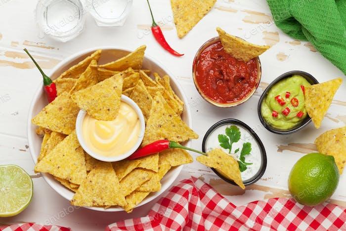 Mexikanische Nachos-Chips und Saucen