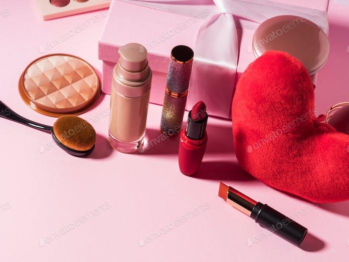 Kosmetik-Beauty-Hintergrund mit rotem Herz auf rosa