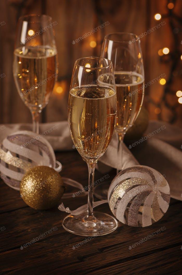 Gläser Champagner auf dem weihnachtlichen Hintergrund