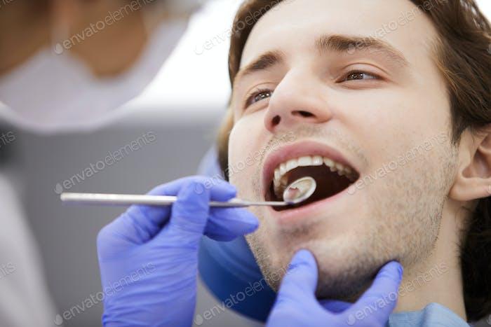 Человек в стоматологический стул