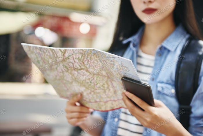 Nahaufnahme von Touristen mit Karte und Handy