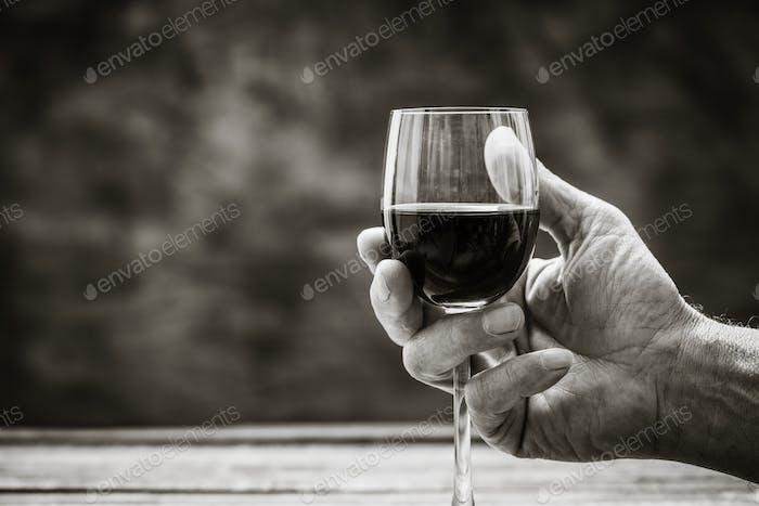 Mann Verkostung ein Glas Rotwein
