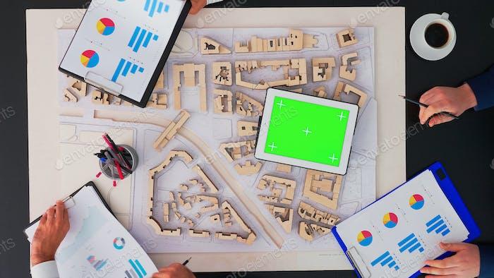 Architekten arbeiten mit Grren Screen Tablet