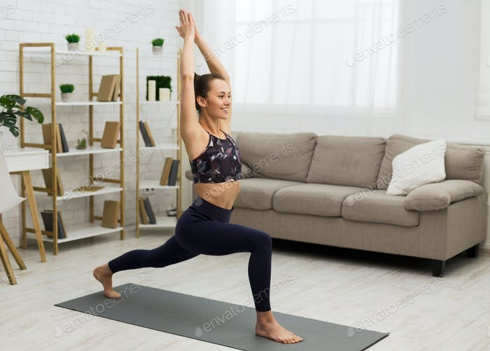 Heimtraining. Fit Frau praktizieren Yoga, Kopierraum