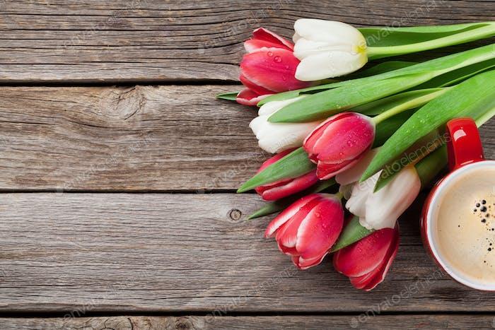 Bunte Tulpen Blumenstrauß und Kaffeetasse