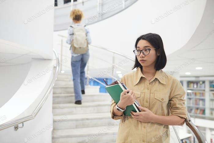 asiático chica en la universidad