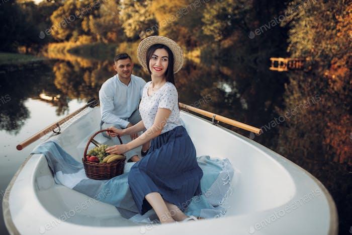 Liebespaar mit Obstkorb im Boot