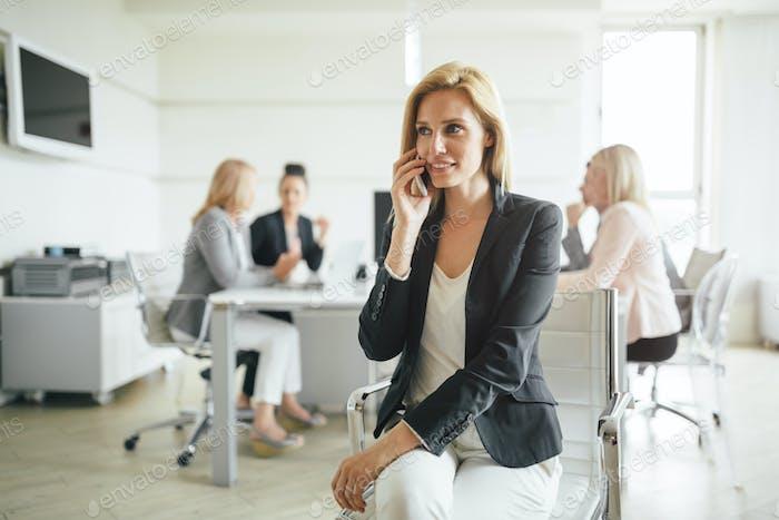 Geschäftsfrau bei Firmensitzung