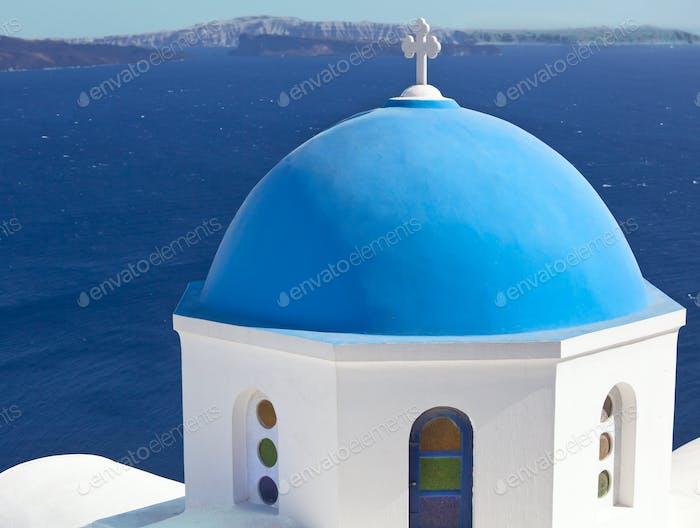 Traditionelle blaue Kuppel in Oia, Santorin