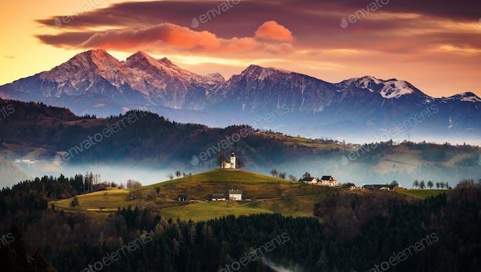 Die Kirche des Heiligen Thomas bei Sonnenaufgang, Skofja Loka, Slowenien