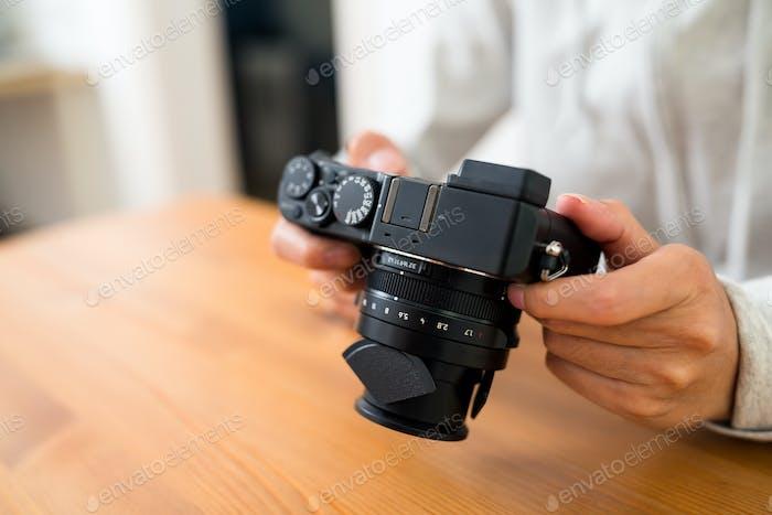 Женщина проверить фото на цифровой фотоаппарате