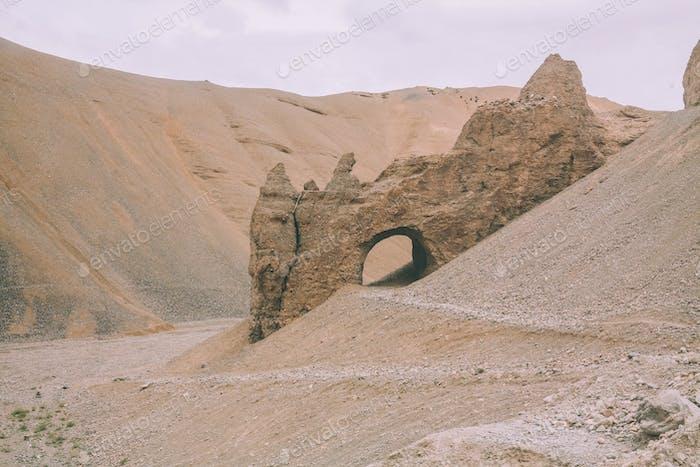 Höhle auf felsigem Hügel im indischen Himalaya, Ladakh Region