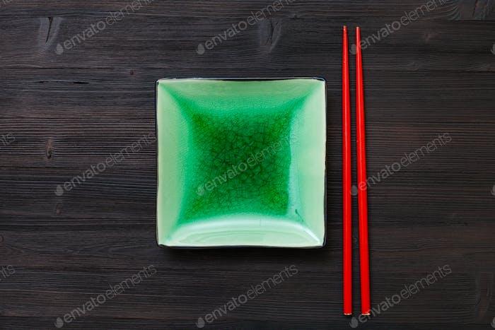 obige Ansicht grüne Untertasse und Stäbchen auf braun