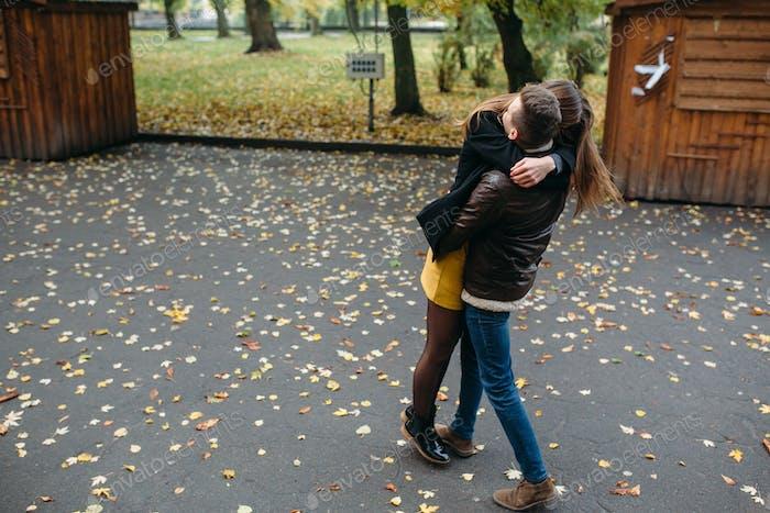 attraktives glückliches Paar zu Fuß im Herbst Park