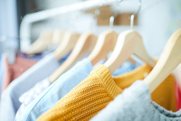 Одежда на вешалках