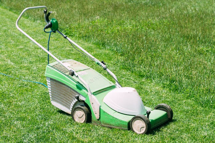 Electric lawn mower on