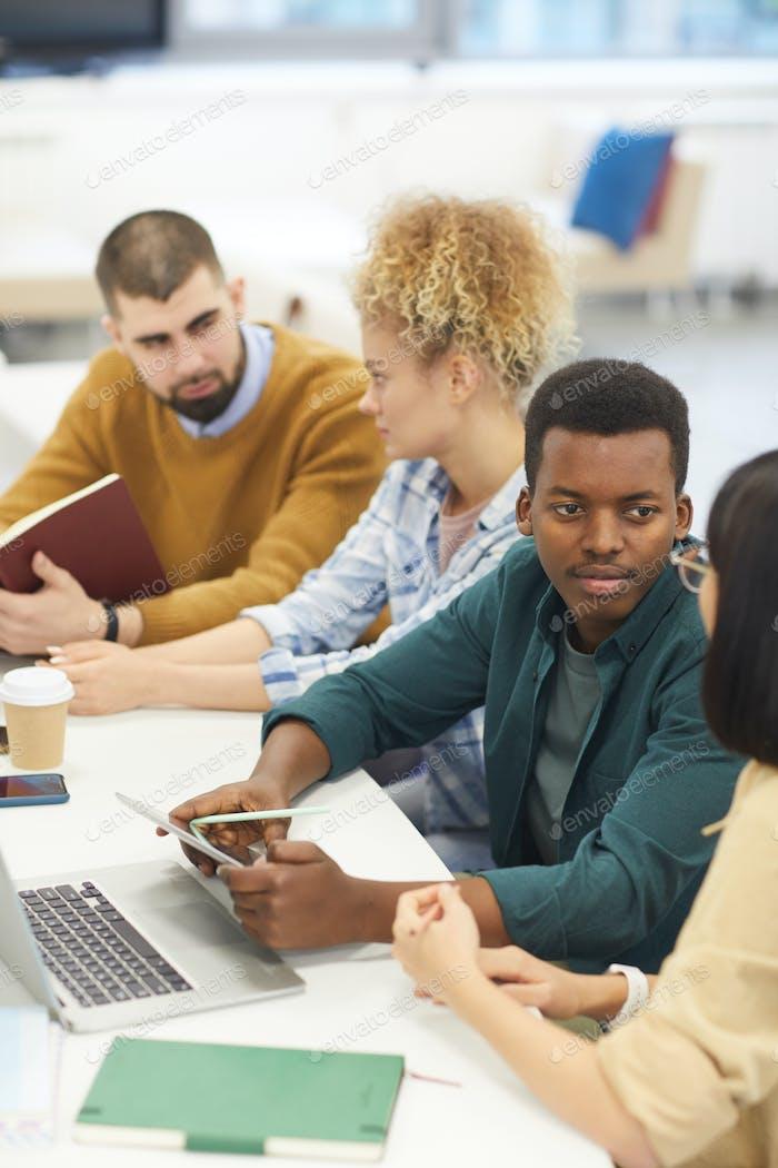 Gruppe junger Menschen, die in der Bibliothek studieren