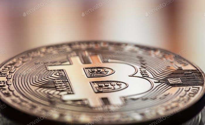 Moneda litecoin y Bitcoin primer plano sobre un fondo borroso