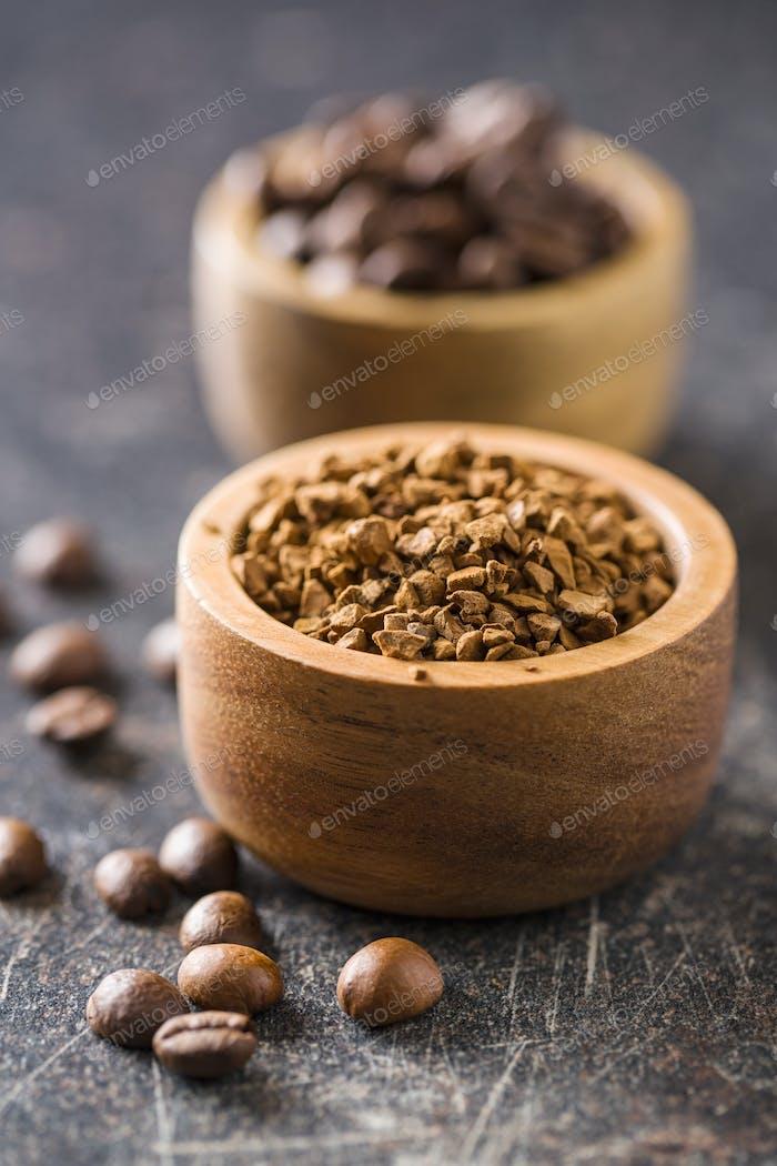 Die Instant-Kaffee und Kaffeebohnen.