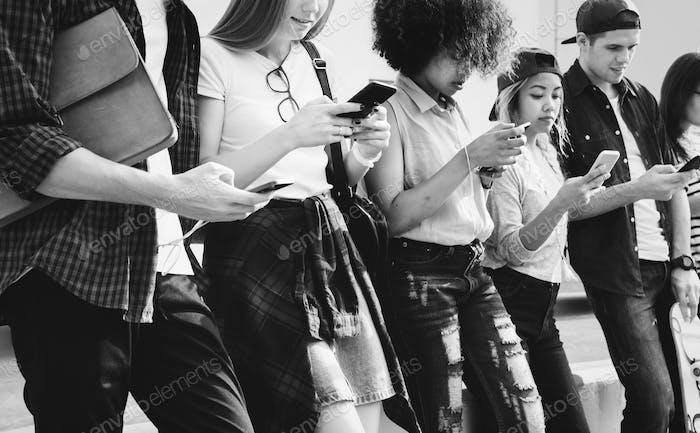 Millennials mit Smartphones im Freien